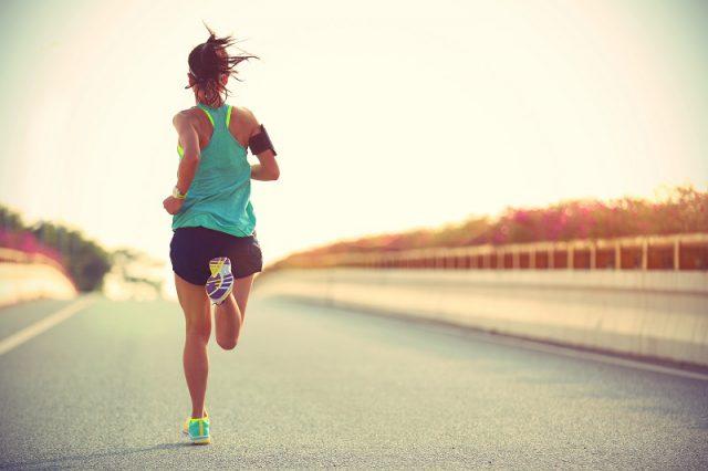 Młoda biegnąca kobieta